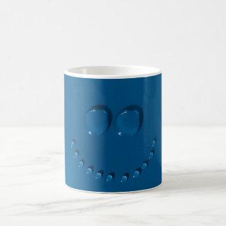 Het glimlachen gezicht dat van waterdrops op een koffiemok
