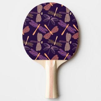 Het gloeien nachtlibellen op donkere tafeltennis bat