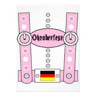 Het Grappige Roze van Lederhosen van Oktoberfest Persoonlijke Uitnodigingen