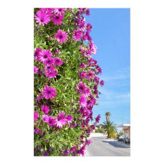 Het hangen van roze Spaanse madeliefjes op muur Briefpapier