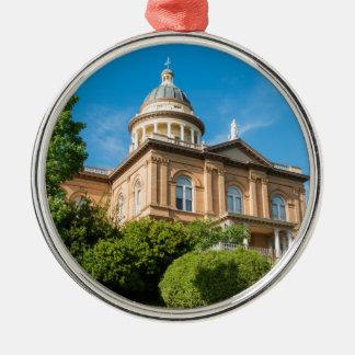 Het historische Kastanjebruine Gerechtsgebouw van Zilverkleurig Rond Ornament