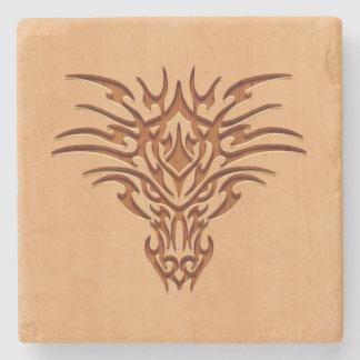 Het hoofd van de draak op houten effect wordt stenen onderzetter