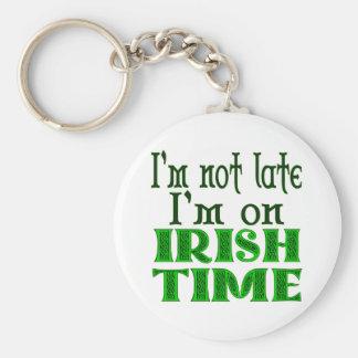 Het Ierse Grappige Spreuk van de Tijd Basic Ronde Button Sleutelhanger