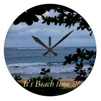 Het is de muurklok van de strandtijd grote klok