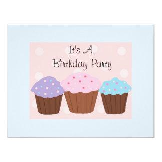 Het is een Partij van de Verjaardag met Cupcakes 10,8x13,9 Uitnodiging Kaart