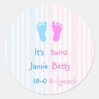 Het is tweelingen - voetafdrukken ronde sticker