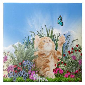 Het katje van de gember het spelen met een vlinder keramisch tegeltje