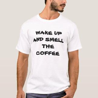Het kielzog omhoog en ruikt de koffie t shirt