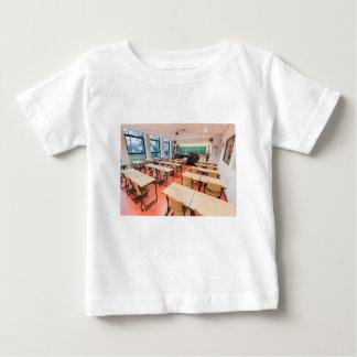 Het klaslokaal van de theorie in middelbare school baby t shirts