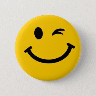 Het knipogen smileygezicht ronde button 5,7 cm