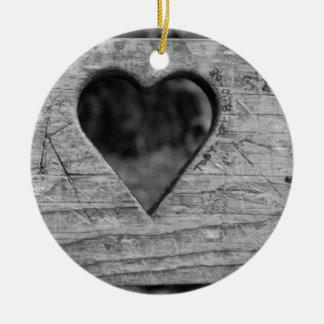 Het knipsel van het hart in hout rond keramisch ornament