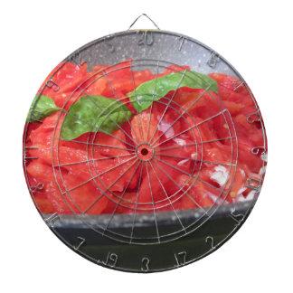 Het koken van eigengemaakte tomatensaus die dartbord