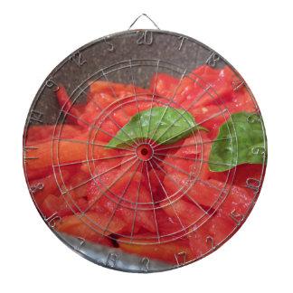Het koken van eigengemaakte tomatensaus die de dartbord