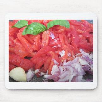Het koken van eigengemaakte tomatensaus die muismatten