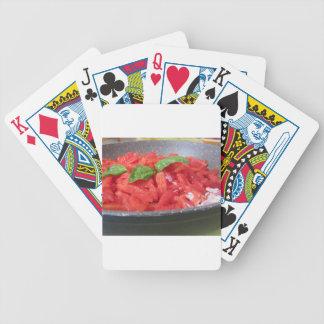 Het koken van eigengemaakte tomatensaus die poker kaarten