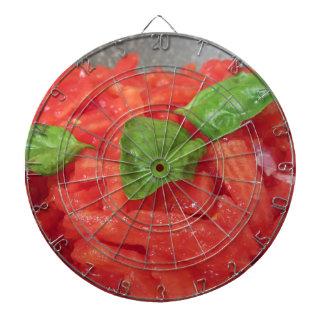 Het koken van eigengemaakte tomatensaus die verse dartbord