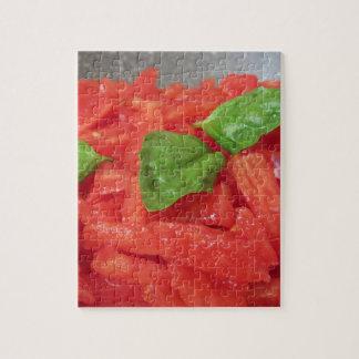 Het koken van eigengemaakte tomatensaus die verse legpuzzel