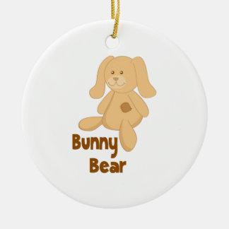 Het konijntje draagt rond keramisch ornament
