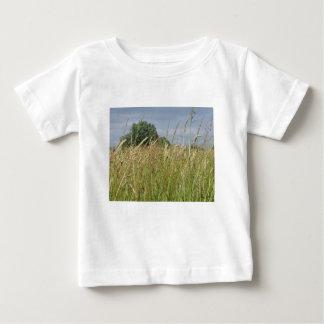 Het landschap van de zomer van wild gebied in het baby t shirts
