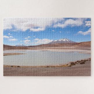 Het landschap van het meer met vulkaan op legpuzzel