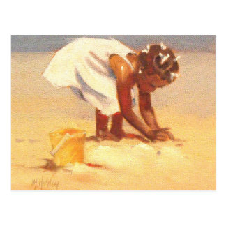 Het leuke meisje spelen in zand briefkaart
