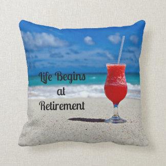 Het leven begint bij Pensionering--Ijzige Drank op Sierkussen
