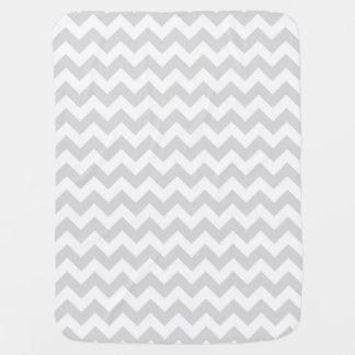 Het lichtgrijze Witte Patroon van de Zigzag van de Inbakerdoek