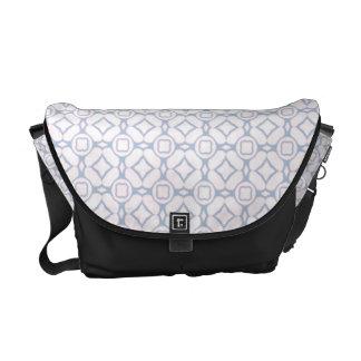 Het lichtrose en Witte Patroon van de Bloem Messenger Bags
