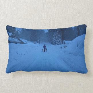 Het lopen van honden in het sneeuwhoofdkussen lumbar kussen