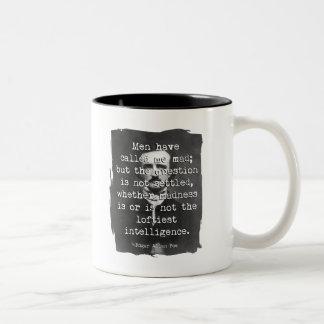Het man heeft me Gek Poe Citaat geroepen Tweekleurige Koffiemok