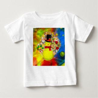 Het man van de het tennisbal van de sneeuw in een baby t shirts