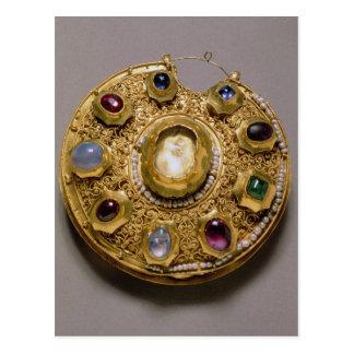Het medaillon van Kolt, goud met parels wordt Briefkaart