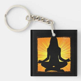 Het mediteren van Om van de Vrouw de Yoga Keychain Sleutelhanger