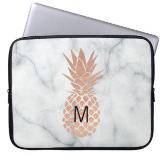 het monogram nam gouden ananas op marmer toe laptop sleeve