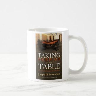 Het nemen van Uw Mok van de Koffie van de Plaats