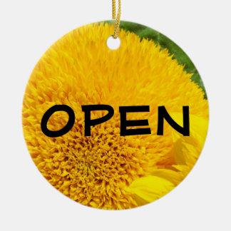 Het OPEN teken sloot het ornament Gele