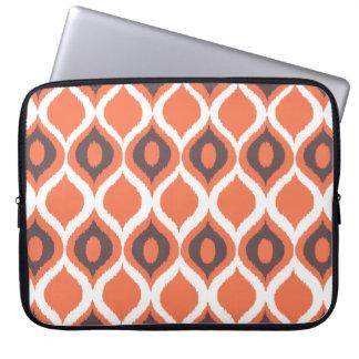 Het oranje Retro Geometrische StammenPatroon van Computer Sleeve