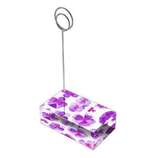 Het paarse viooltje bloeit de kaarthouder van de plaatskaart houder