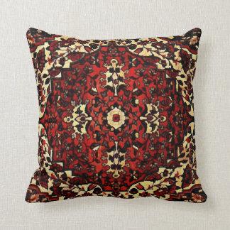 Het Perzische tapijt kijkt in donkerrood en room Sierkussen