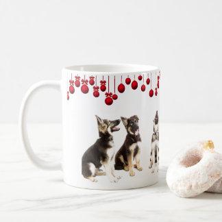 Het Puppy van de Duitse herder en Rode Ornamenten Koffiemok