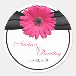 Het roze Black Personalized Huwelijk van Gerbera Ronde Sticker