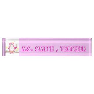 Het roze naambord van het de leraarsbureau van de