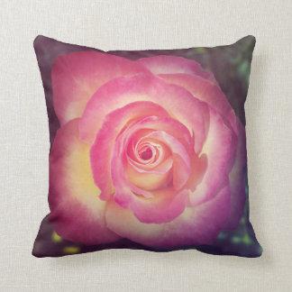 Het roze nam bloemen werpt hoofdkussen toe sierkussen