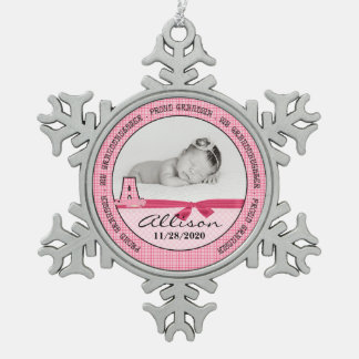Het Roze Nieuwe Baby Monogoram van de trotse Oma Tin Sneeuwvlok Ornament