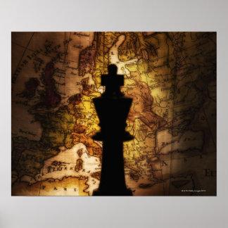 Het schaakstuk van de koning op oude wereldkaart poster
