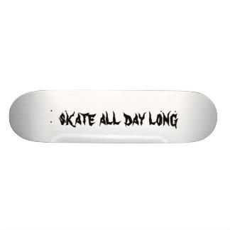 het schaats rijdt de hele dag met een skateboard