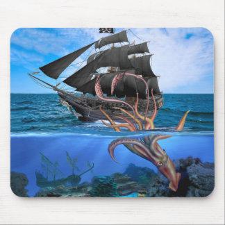 Het Schip van de piraat versus de ReuzePijlinktvis Muismat