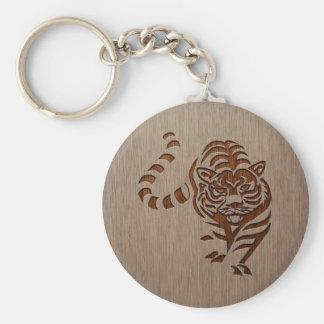 Het silhouet van de tijger dat op houten ontwerp sleutelhanger