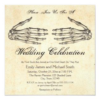 Het skelet overhandigt de Gotische Uitnodiging van