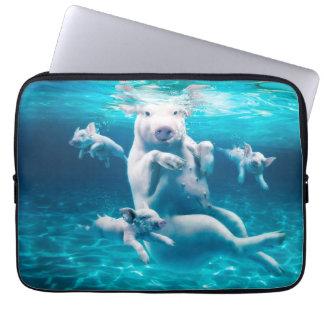 Het strand van het varken - zwemmende varkens - laptop sleeve